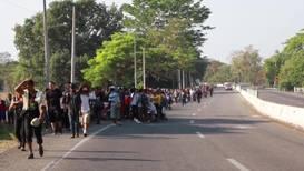 México: Miles de migrantes salen de Tapachula hacia Huehuetán