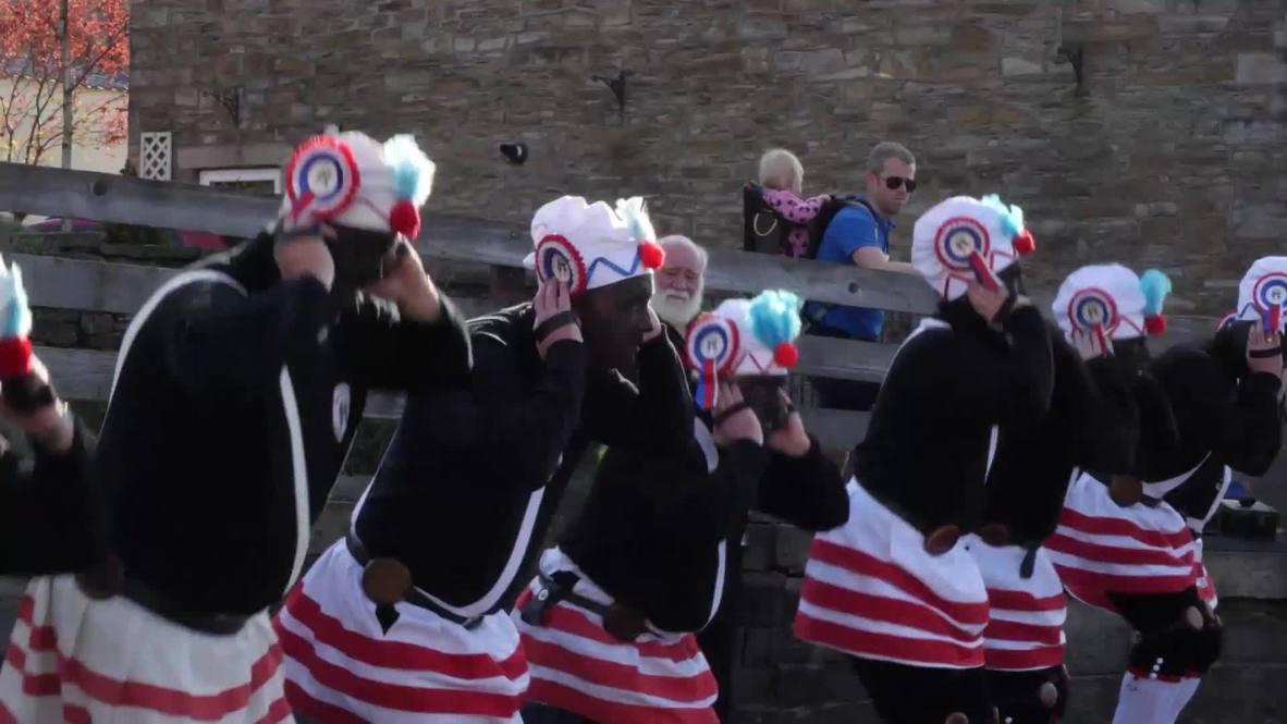 Bailarines con el rostro negro pintado de negro participan en una extraña tradición británica
