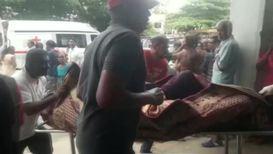 Шри-Ланка: Тела выносят после взрыва в церкви Баттикалоа *ОГРАНИЧЕНИЕ 18+*