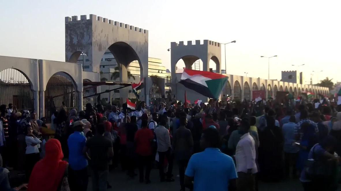 Sudan: Protesters keep up pressure on military leaders in Khartoum