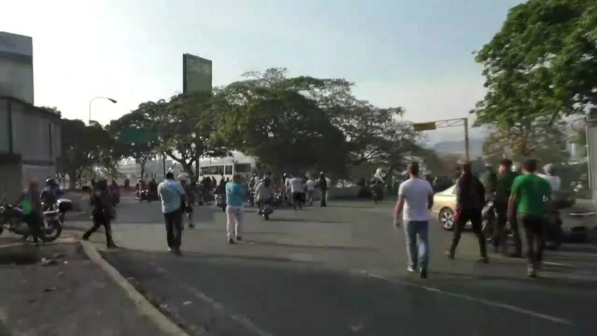 Венесуэла: Люди вышли на улицы рядом с авиабазой после призывов Гуайдо