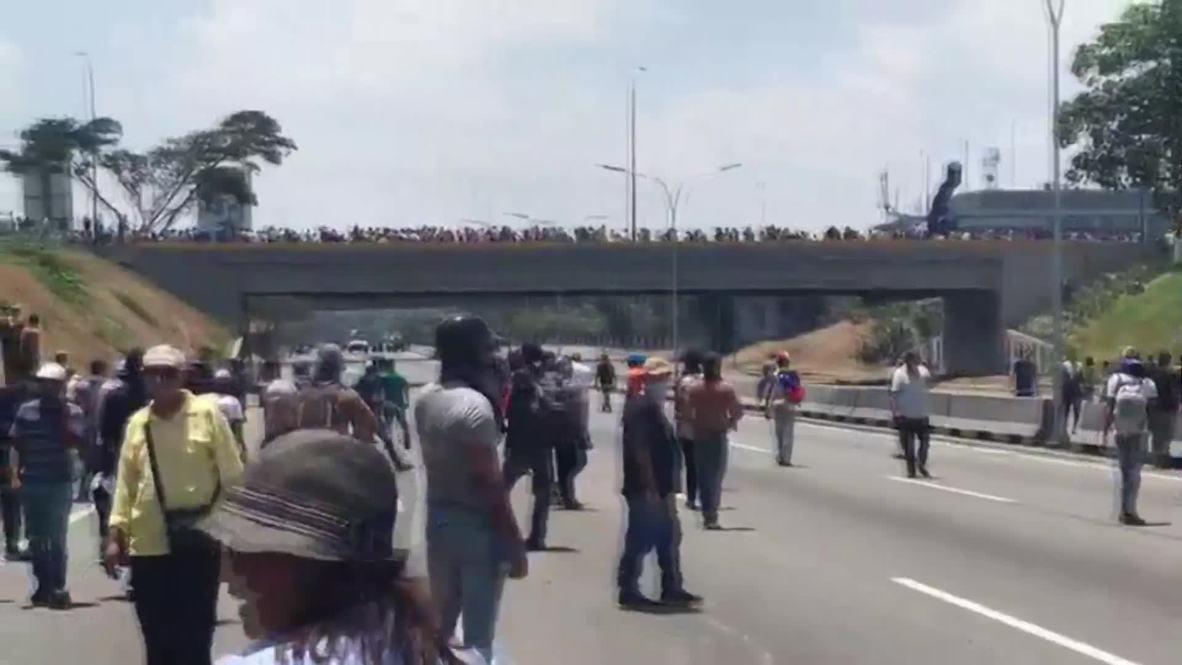 Venezuela: 'Nos están disparando' - Manifestante anti Maduro durante enfrentamientos en Caracas