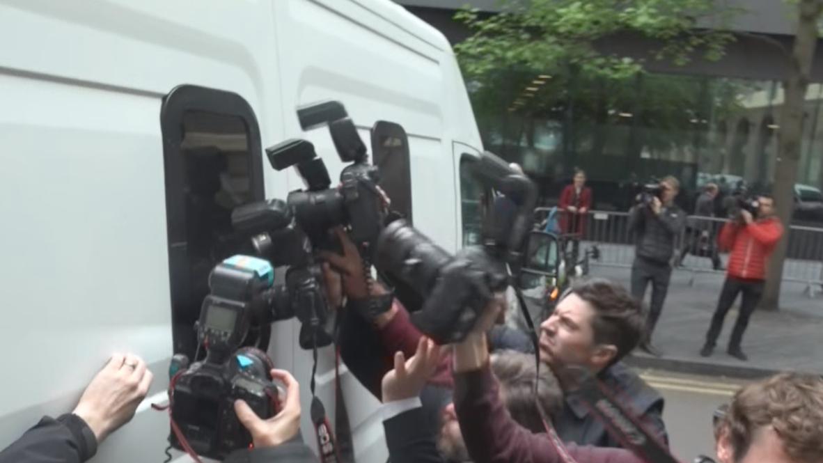 Великобритания: Ассанж покидает суд после вынесения ему приговора - 50 недель заключения