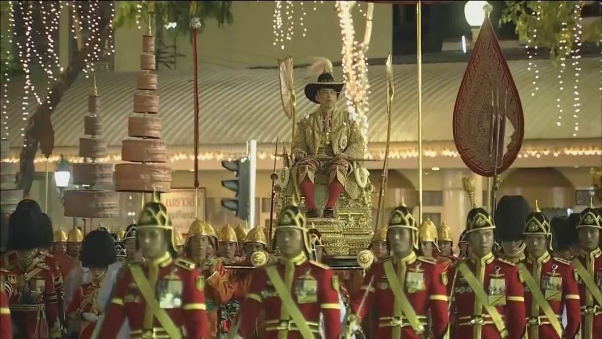 Tailandia: El recién coronado rey tailandés es llevado en procesión por Bangkok al caer la noche