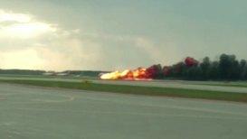Россия: Кадры горящего на взлетно-посадочной полосе самолета
