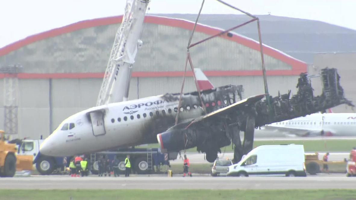 Россия: Обломки лайнера Sukhoi Superjet убирают со взлетно-посадочной полосы аэропорта Шереметьево