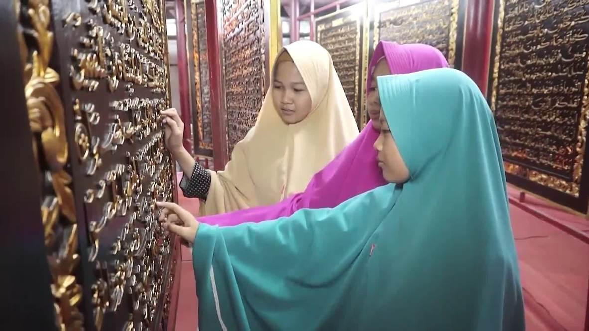 Indonesia: Corán de madera más grande del mundo sobrecoge a fieles de Pelembang