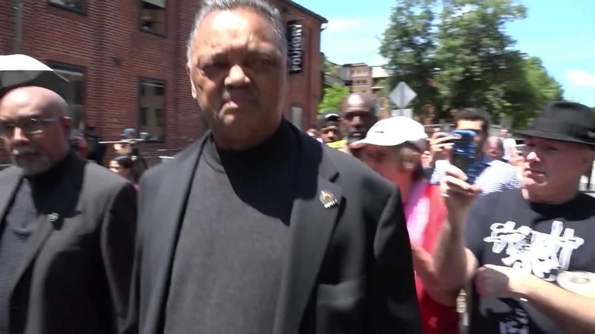 USA: Rev. Jackson brings food to activists occupying Venezuelan embassy