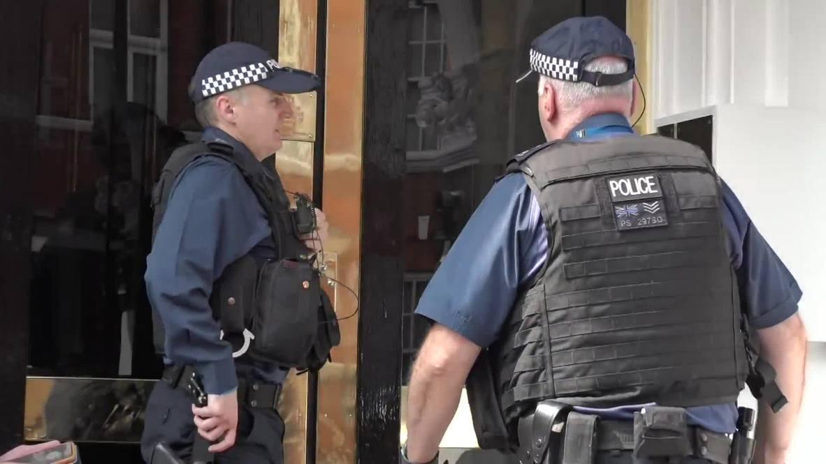 Великобритания: Шпион, выйди вон! Полицейские прибыли к посольству Эквадора за вещами Ассанжа