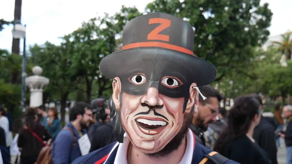 Italia: Manifestantes de visten de El Zorro para burlarse de Salvini y su muñeco robado