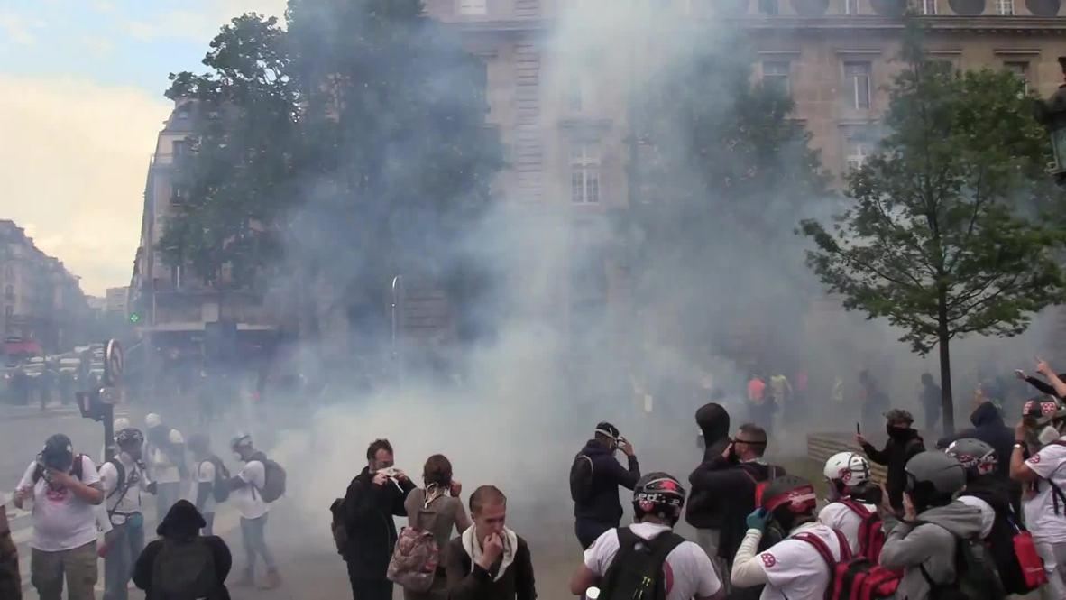 Francia: La policía usa gas lacrimógeno contra los 'chalecos amarillos' en París