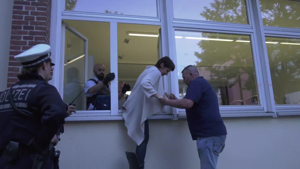 Alemania: Votantes rumanos salen por las ventanas del colegio electoral debido a las largas colas en Ulm