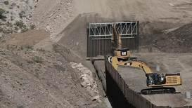 México: Construyen un muro privado financiado por simpatizantes de Trump en la frontera sur de EE.UU.