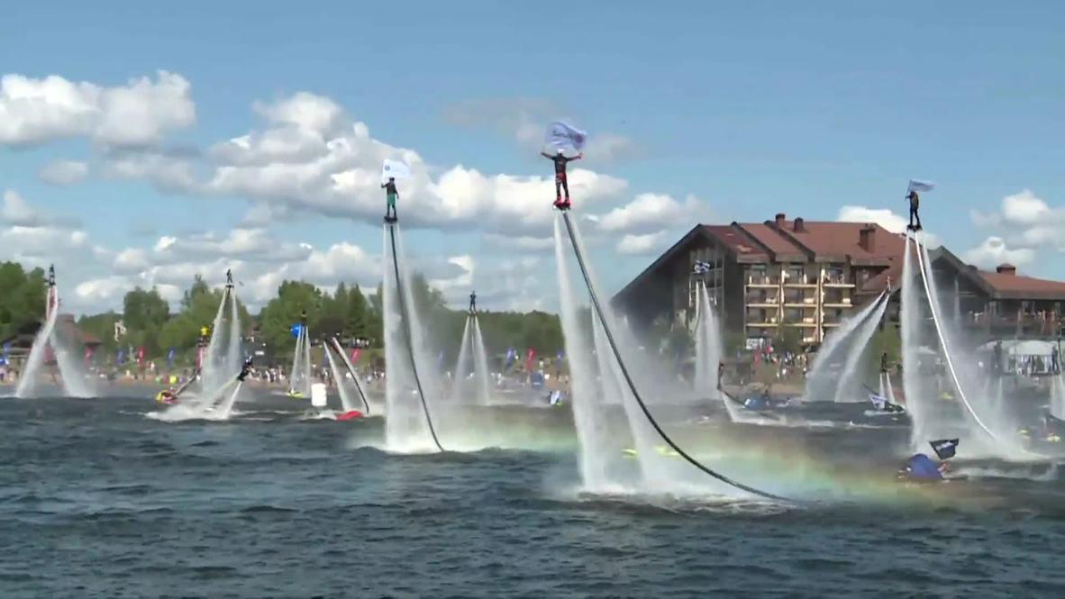 """Decenas de temerarios """"flyboarders"""" tratan de batir un récord del mundo en el Volga"""