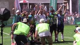 Испания: Сам Роберто Карлос! Победители детского турнира получили приз из рук легенды