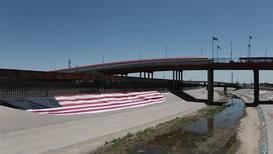 """México: Un estadounidense despliega una bandera de los """"Estados Unidos de Migrantes"""""""