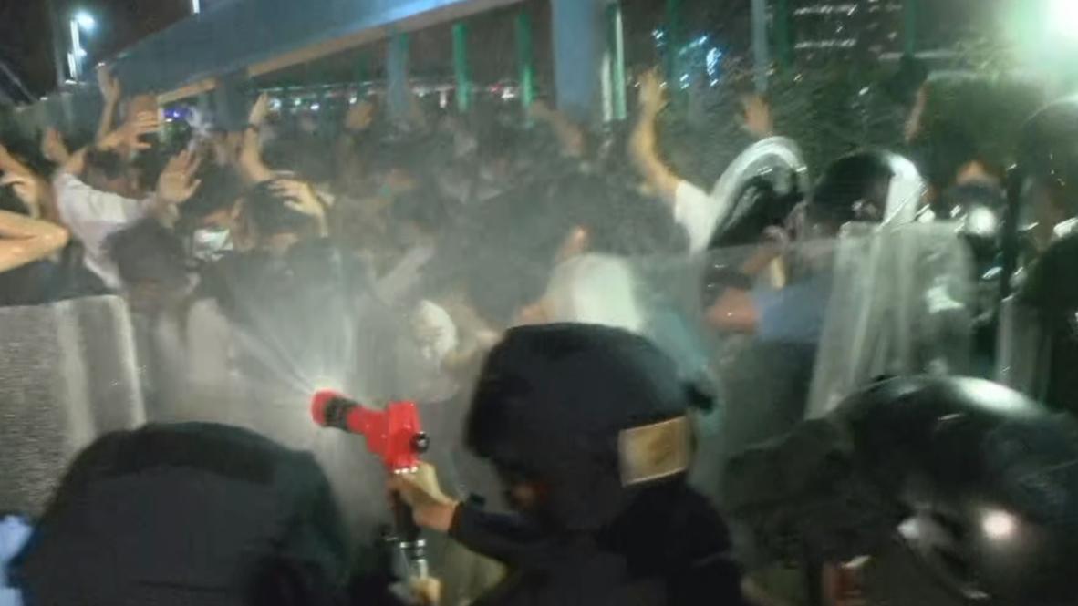 Гонконг: Толпы людей вышли протестовать на улицы, полиция применила перцовые газ