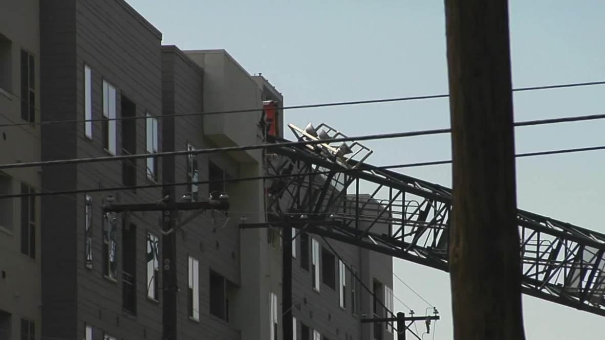 EE.UU.: Un muerto y 6 heridos tras derrumbarse una grúa sobre un edificio en Dallas