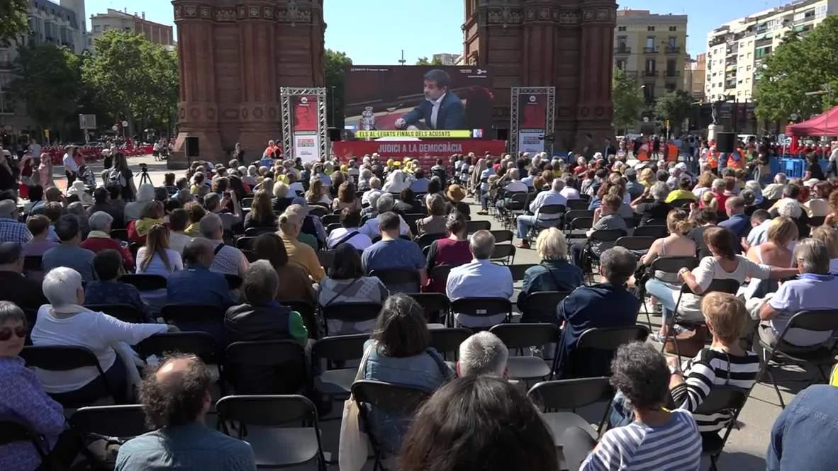España: Multitud sigue por pantalla gigante audiencia de líderes independentistas catalanes