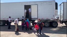 México: Detienen a 791 migrantes ocultos en cuatro tráileres con 'doble fondo' en Veracruz