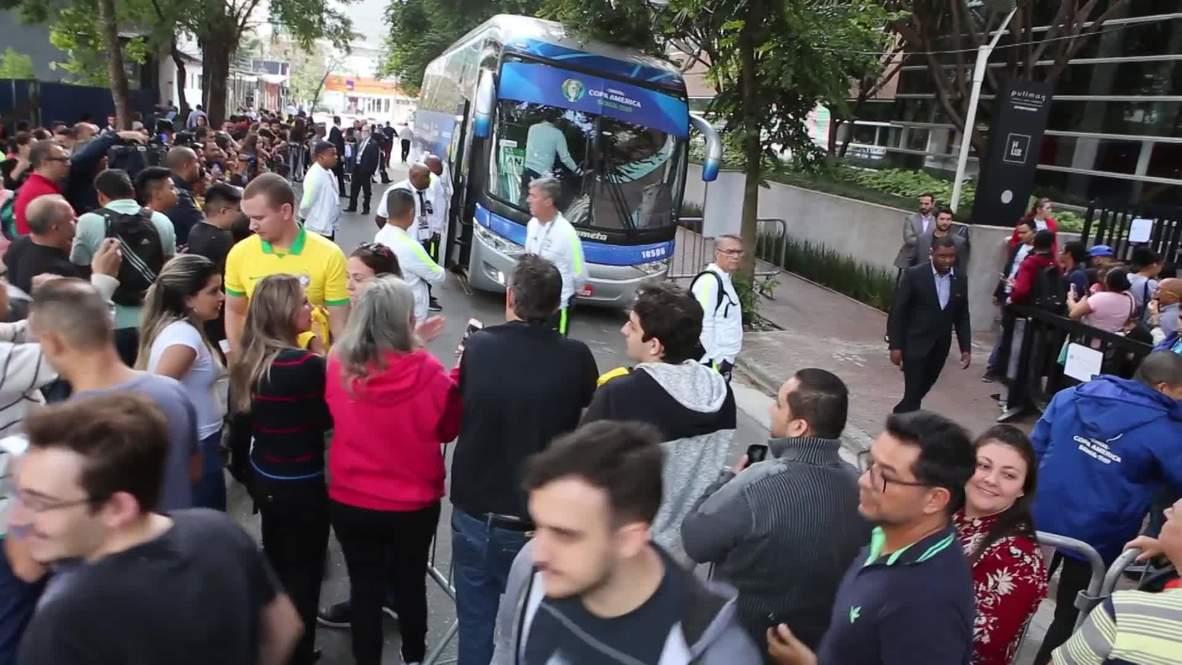 Brasil: Hinchas esperan al equipo brasileño frente a su hotel antes del partido contra Perú