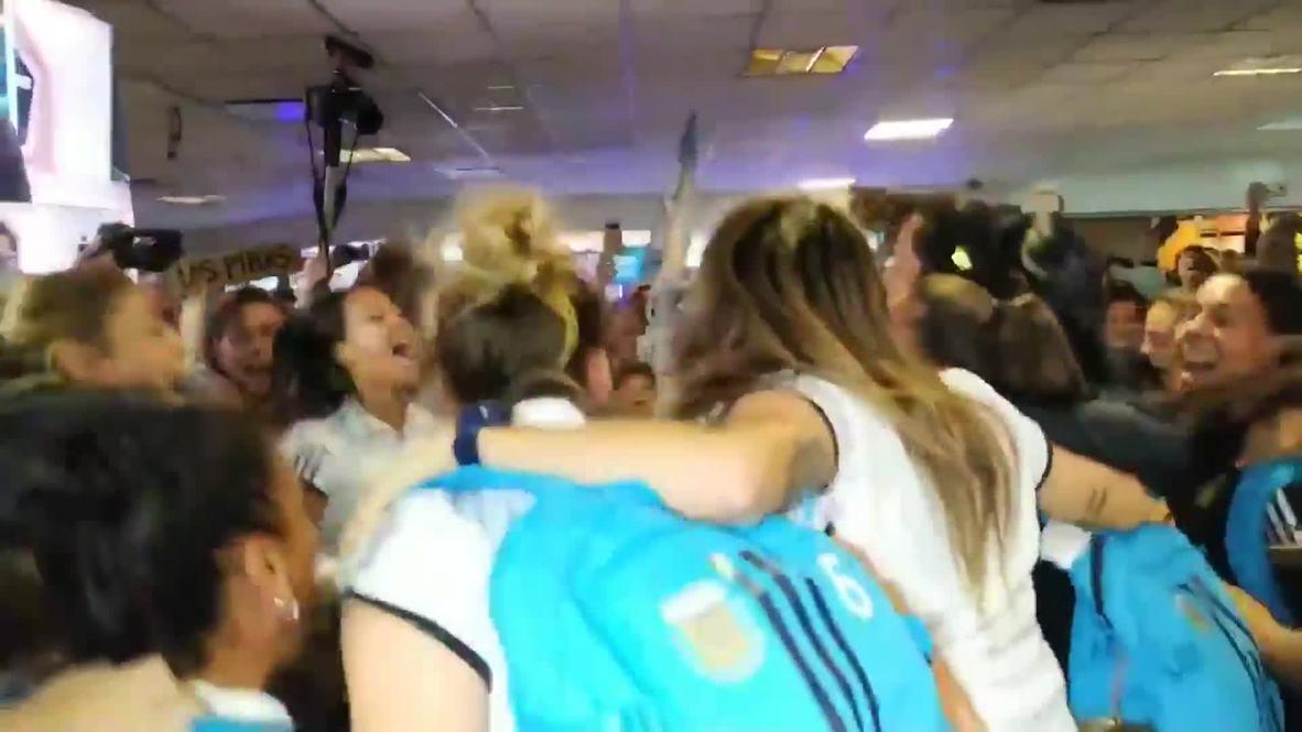 Argentina: Aficionados dan la bienvenida a su equipo tras salir de la Copa Mundial Femenina 2019