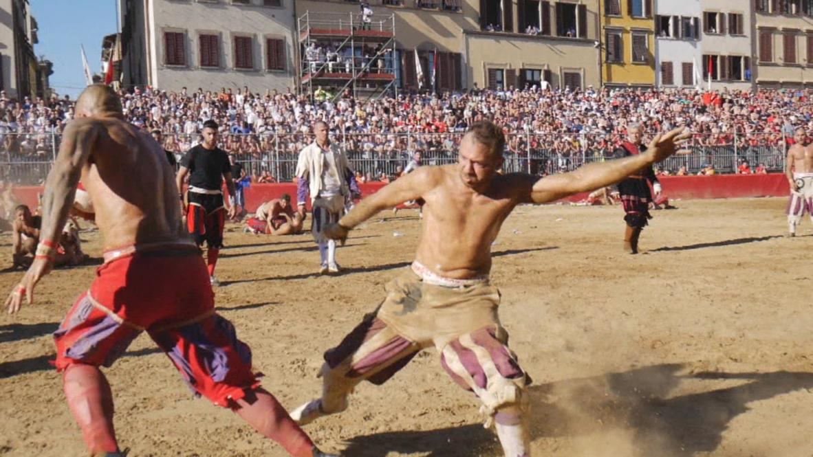 Italia: Modernos gladiadores florentinos se enfrentan en antiguo juego de fútbol ultraviolento