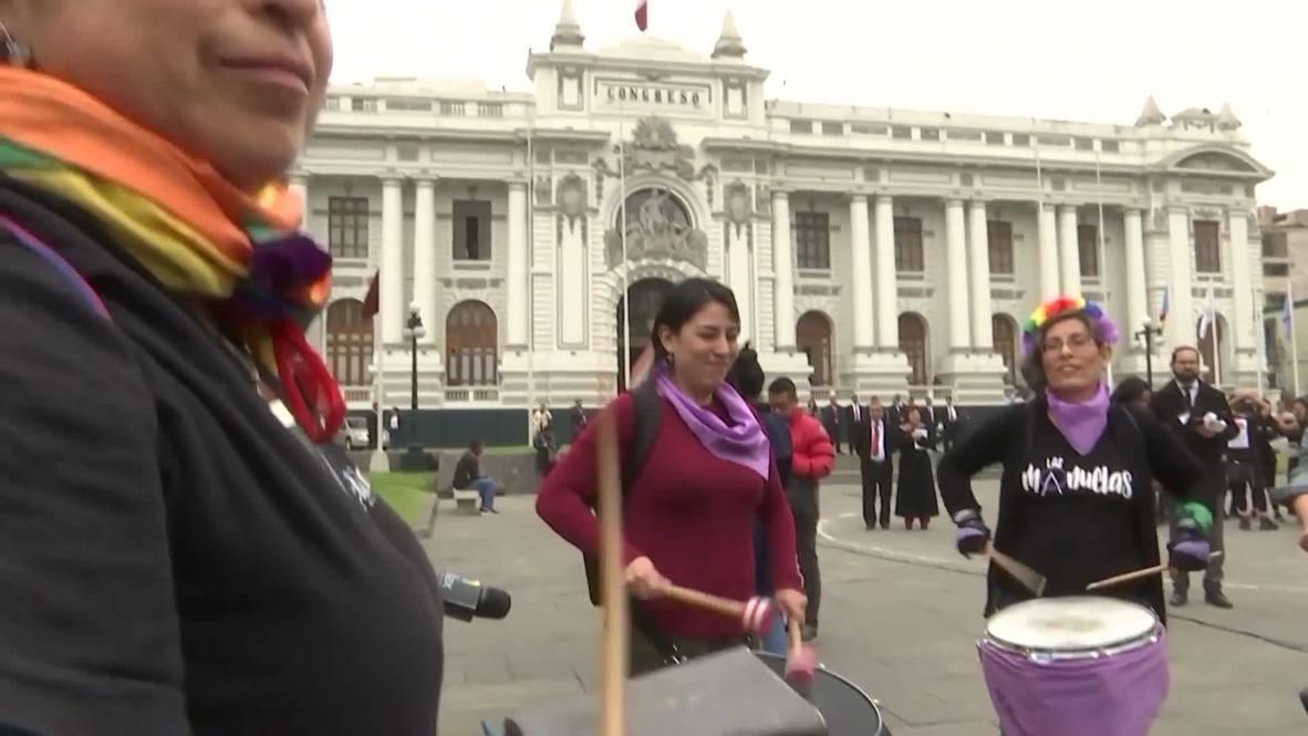 Perú: Activistas LGTBI protestan frente al Congreso para denunciar la homofobia en la política peruana