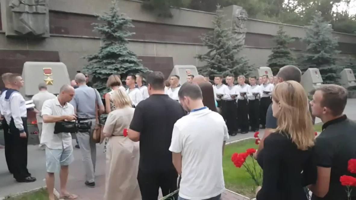 Россия: Жители Севастополя несут цветы к стелле Мурманска в память о 14 погибших моряках