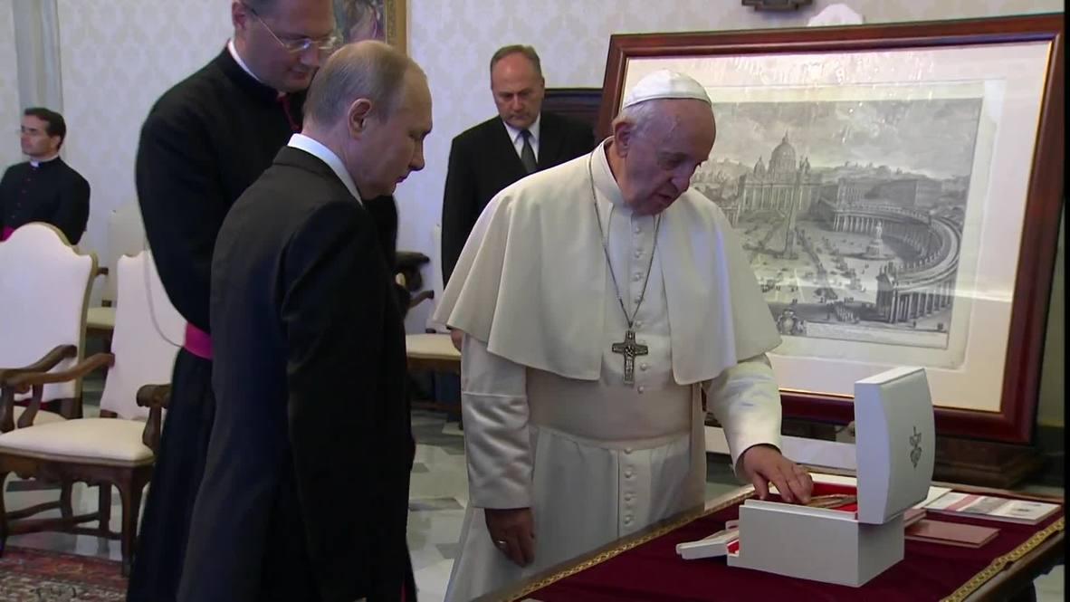 El Vaticano: Putin y el papa Francisco intercambian regalos tras su reunión