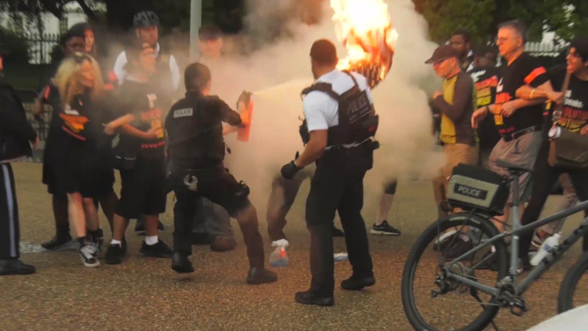 EE.UU.: Manifestantes queman bandera fuera de la Casa Blanca antes del desfile