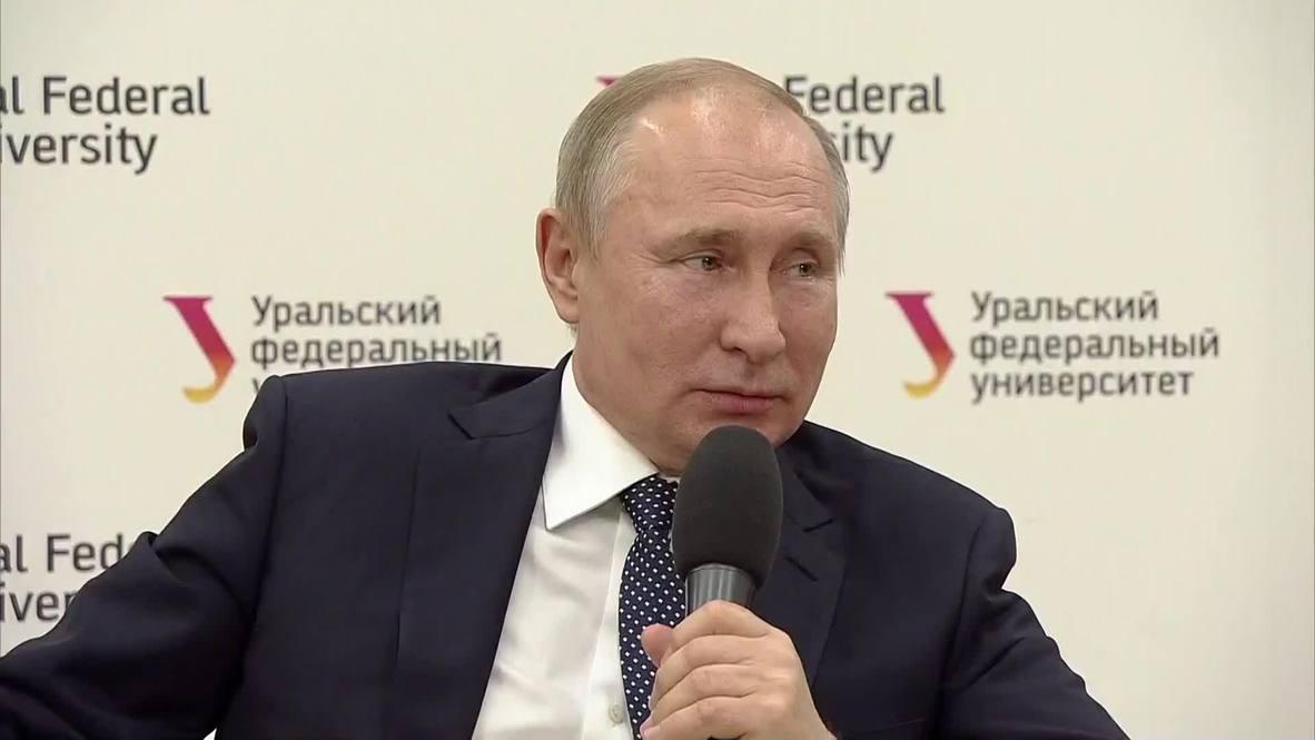 """Россия: """"Помогите девочке"""" - студентка упала в обморок на встрече с президентом"""