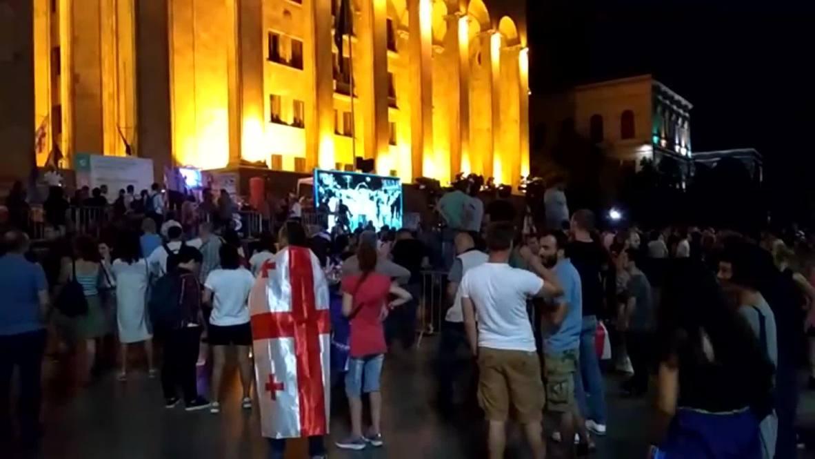 Грузия: Леденцы в виде сердца. Антиправительственная акция у стен парламента