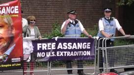 """Reino Unido: Protesta a favor de Assange durante una conferencia por la """"libertad de prensa"""" en Londres"""
