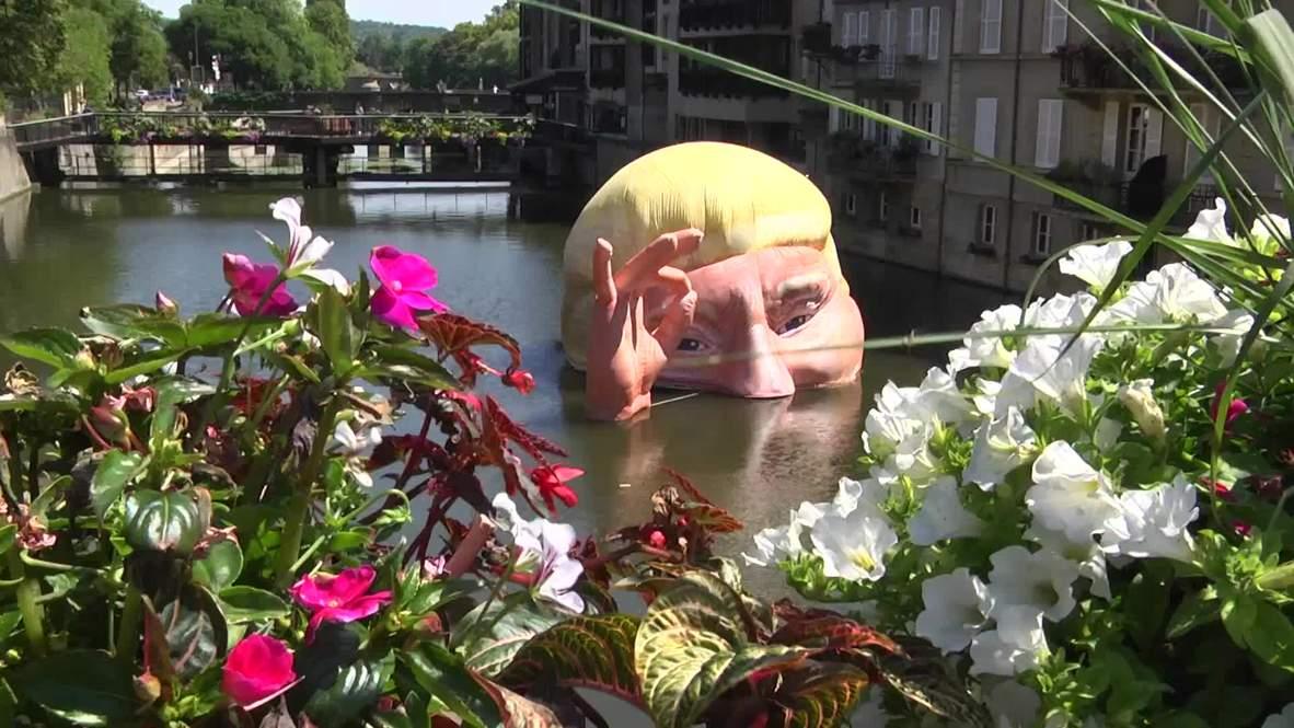 Cabeza hinchable de Trump sumergida en el río por el cambio climático