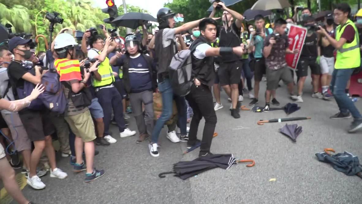 Hong Kong: Manifestantes se enfrentan violentamente a la policía luego de marcha en Sheung Shui