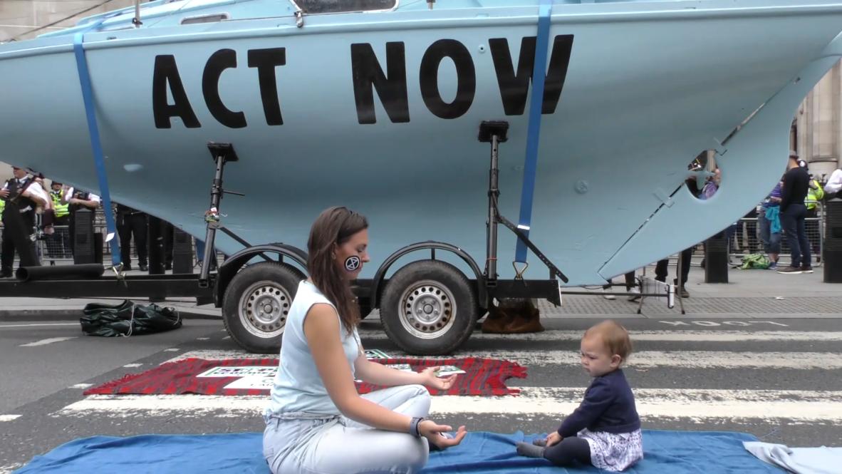 Reino Unido: Activistas de 'Extinction Rebellion' atracan un barco en pleno Londres por el cambio climático