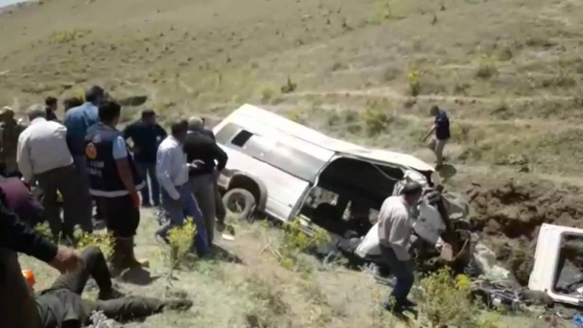 Turquía: Al menos 15 muertos y más de 20 heridos tras volcar un autobús de migrantes