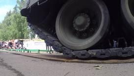 Россия: Три богатыря. В Петрозаводске спортсмены сдвинули 46-тонный танк