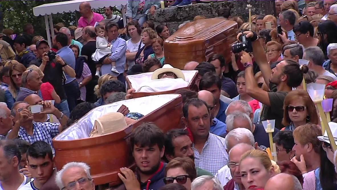 "¡Este muerto está muy vivo! Galicia celebra un ""falso funeral"" con creyentes transportados en ataúdes"