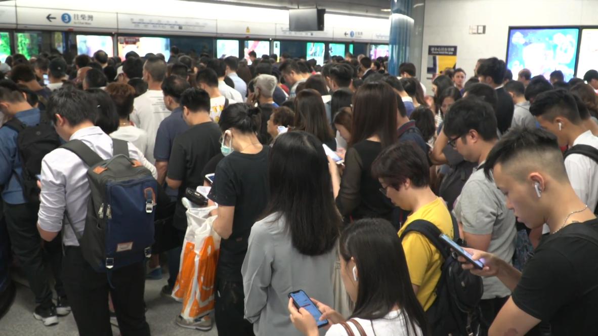 Hong Kong: Estaciones abarrotadas mientras los manifestantes interrumpen los servicios de trenes
