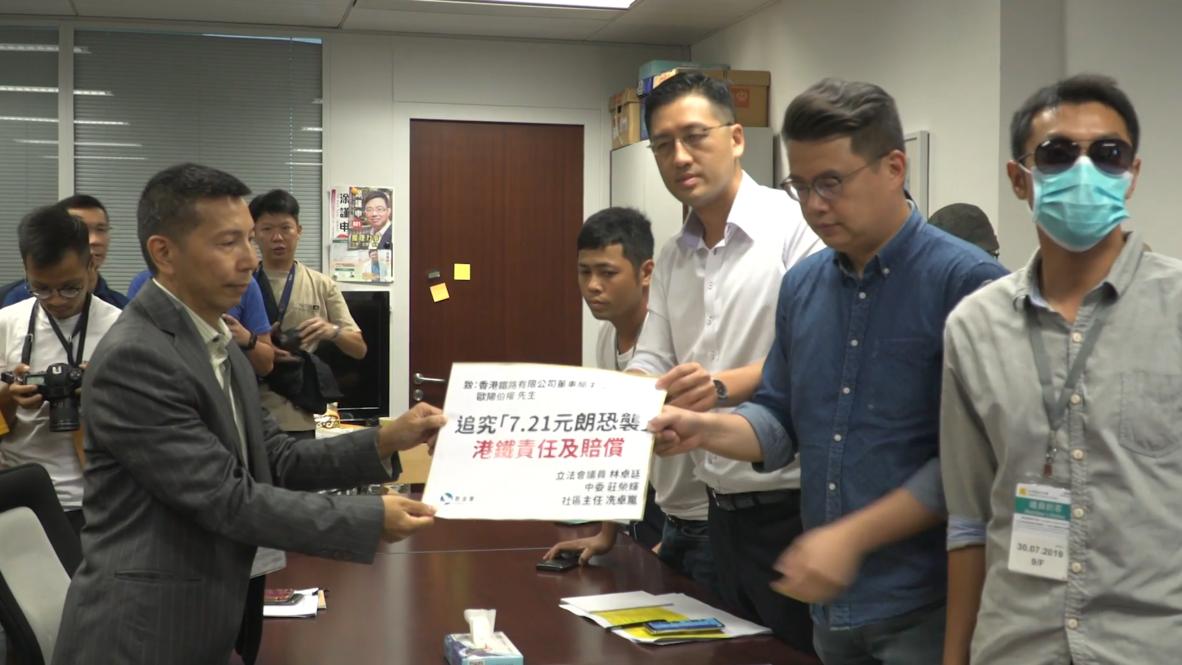 """Hong Kong: Legislador señala que la policía permitió """"deliveradamente"""" brutal ataque a manifestantes"""