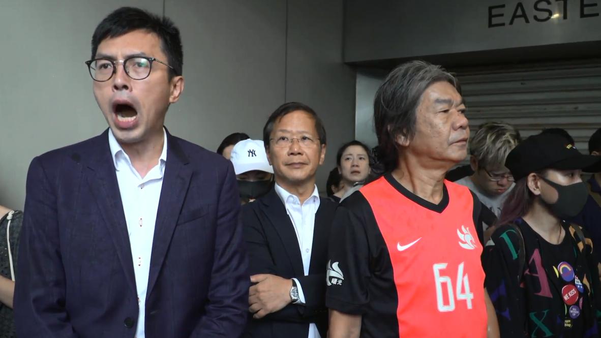 Hong Kong: Manifestantes se reúnen fuera de la corte mientras activistas son procesados por desórdenes