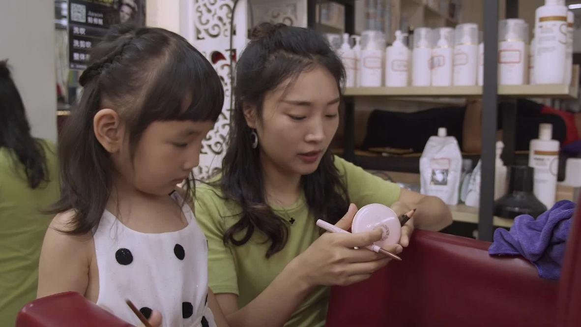 China: Pequeña de solo tres años deslumbra en las redes con sus habilidades como artista del maquillaje