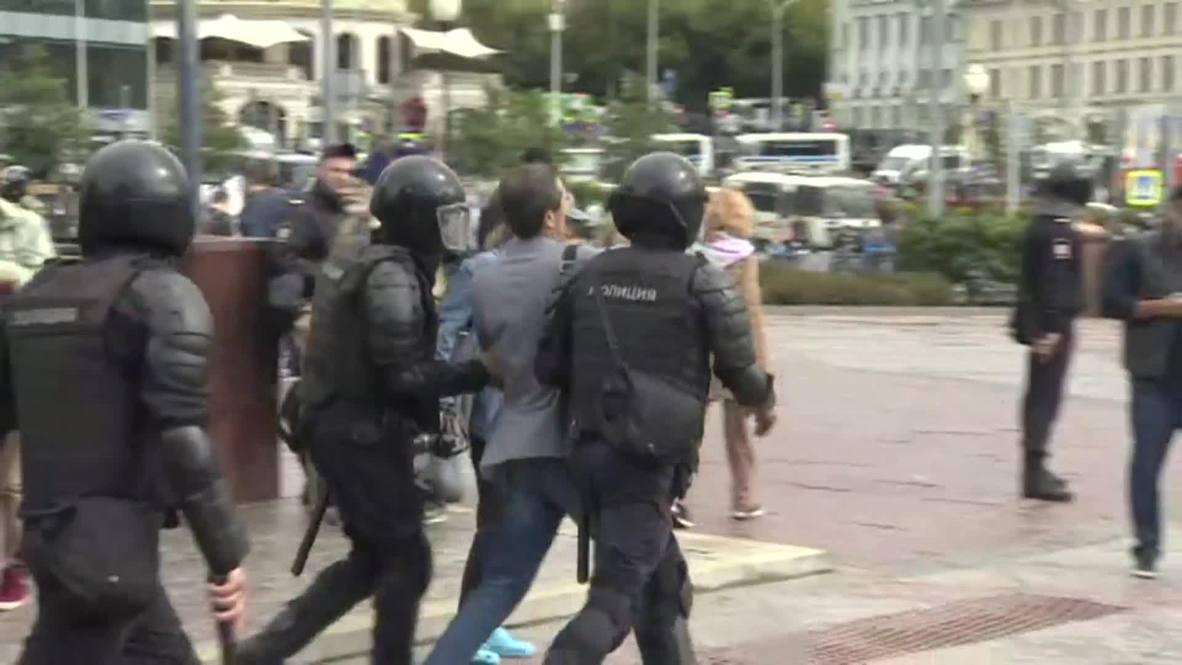 Россия: Десятки задержанных на несогласованном митинге, организованном оппозицией