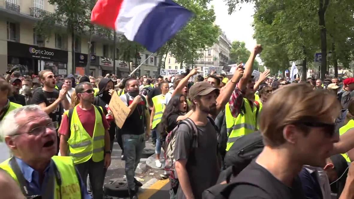 """Francia: """"Chalecos amarillos"""" homenajean al fallecido en el festival Fete de la Musique en París"""