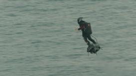 Un hombre cruza el Canal de la Mancha en un aerodeslizador