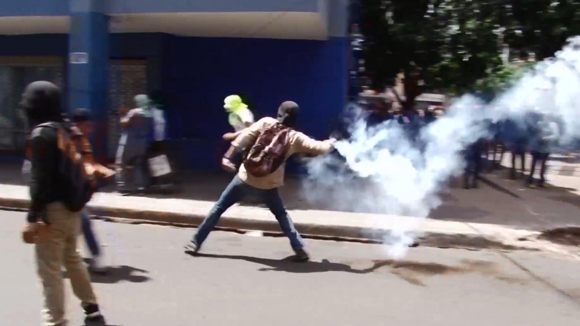 Honduras: Tear gas flies as protesters demand President Hernandez's resignation