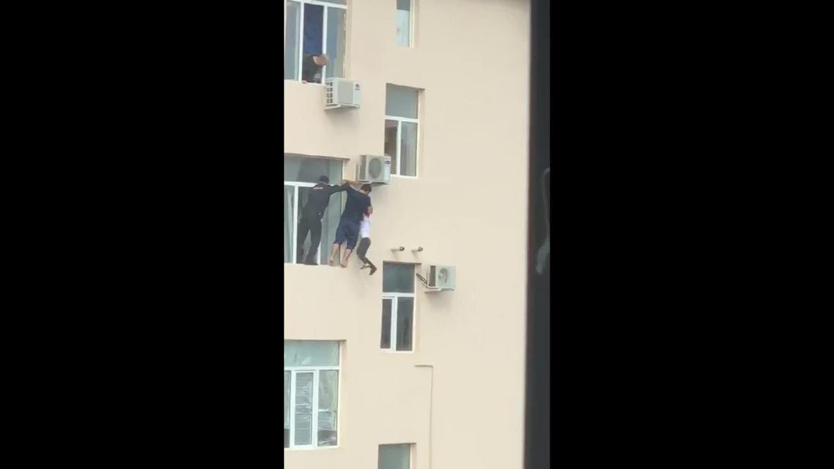 Rusia: Residente de Grozni salva a un niño que colgaba de una ventana en un cuarto piso