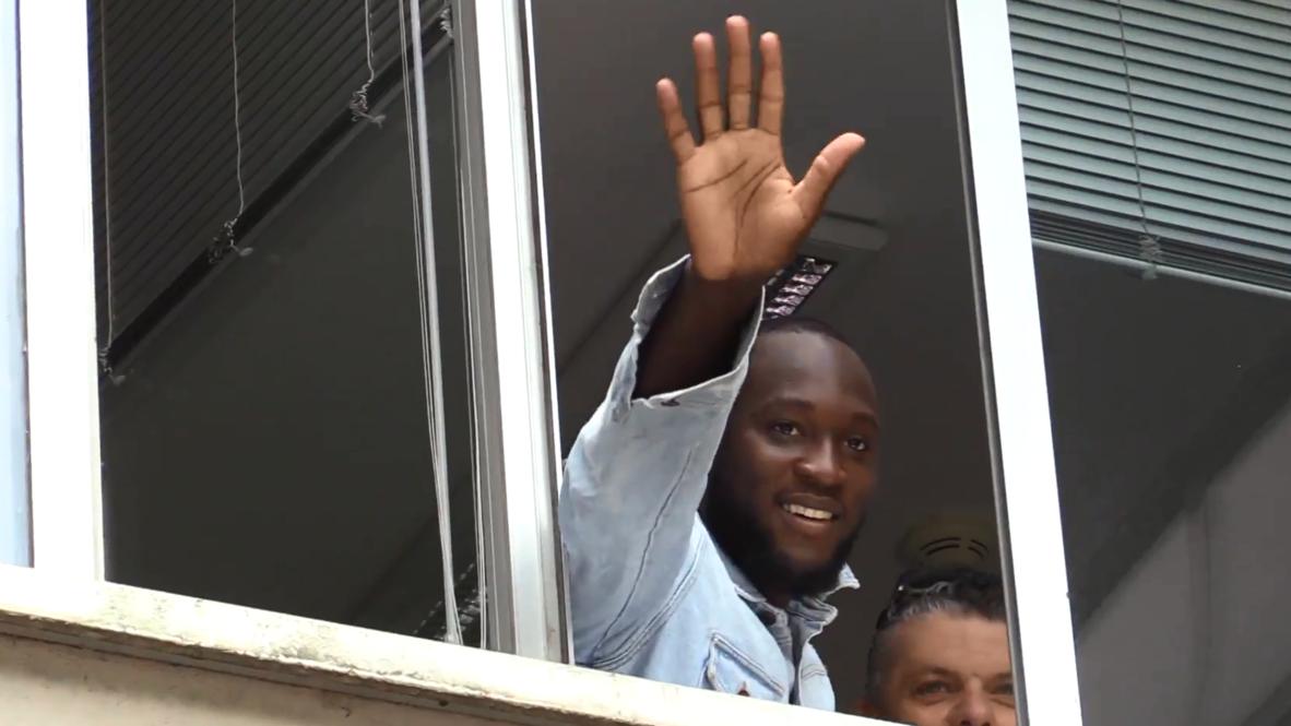 Italia: Romelu Lukaku saluda a los hinchas antes de firmar con Inter de Milán a cambio de 80 millones€